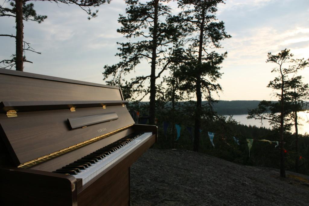 Piano on kannettu Hiidenvuorelle. Kuvaaja Hasa Tuomisaari